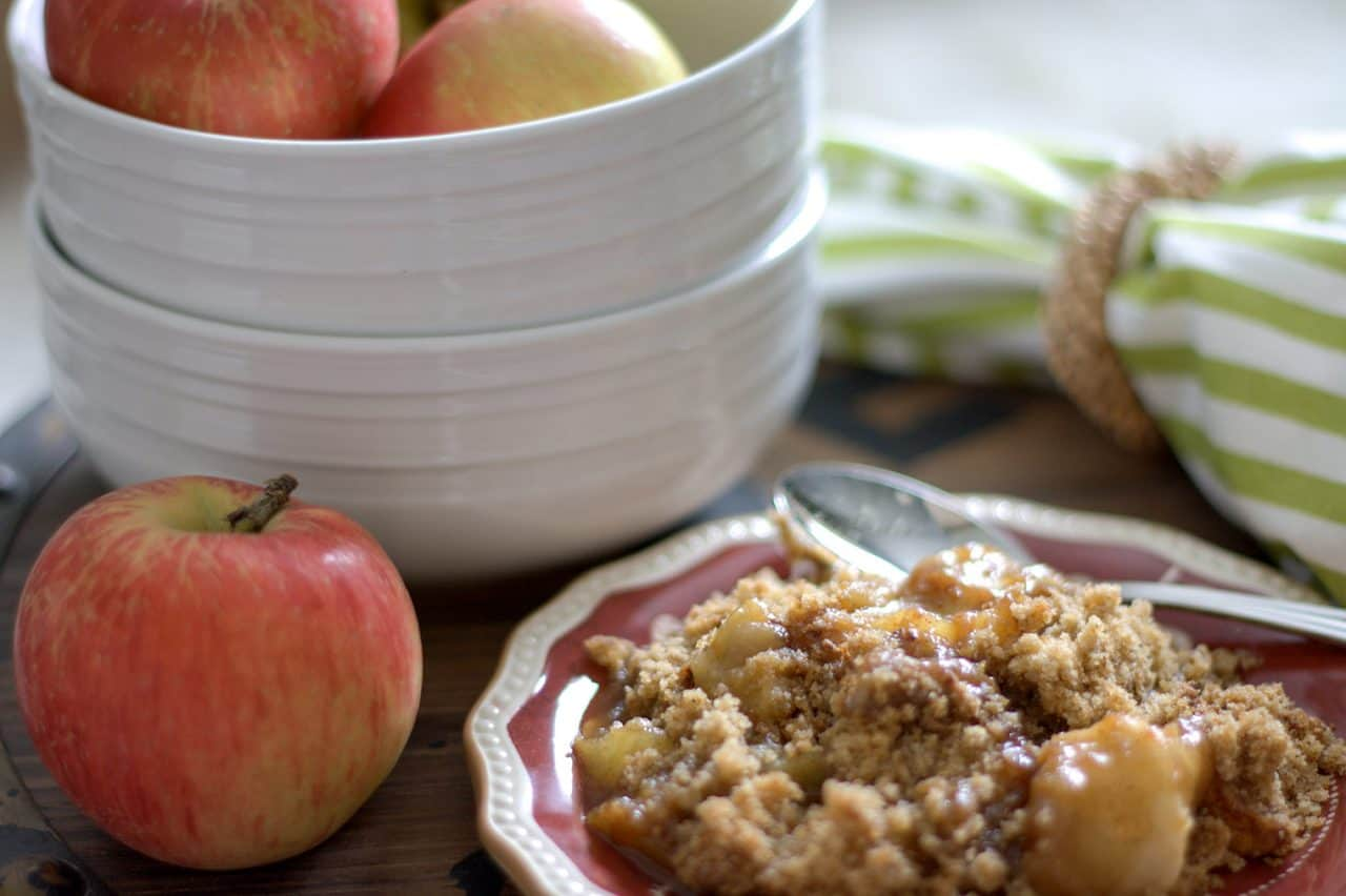 apple crisp on a plate, apples in bowl
