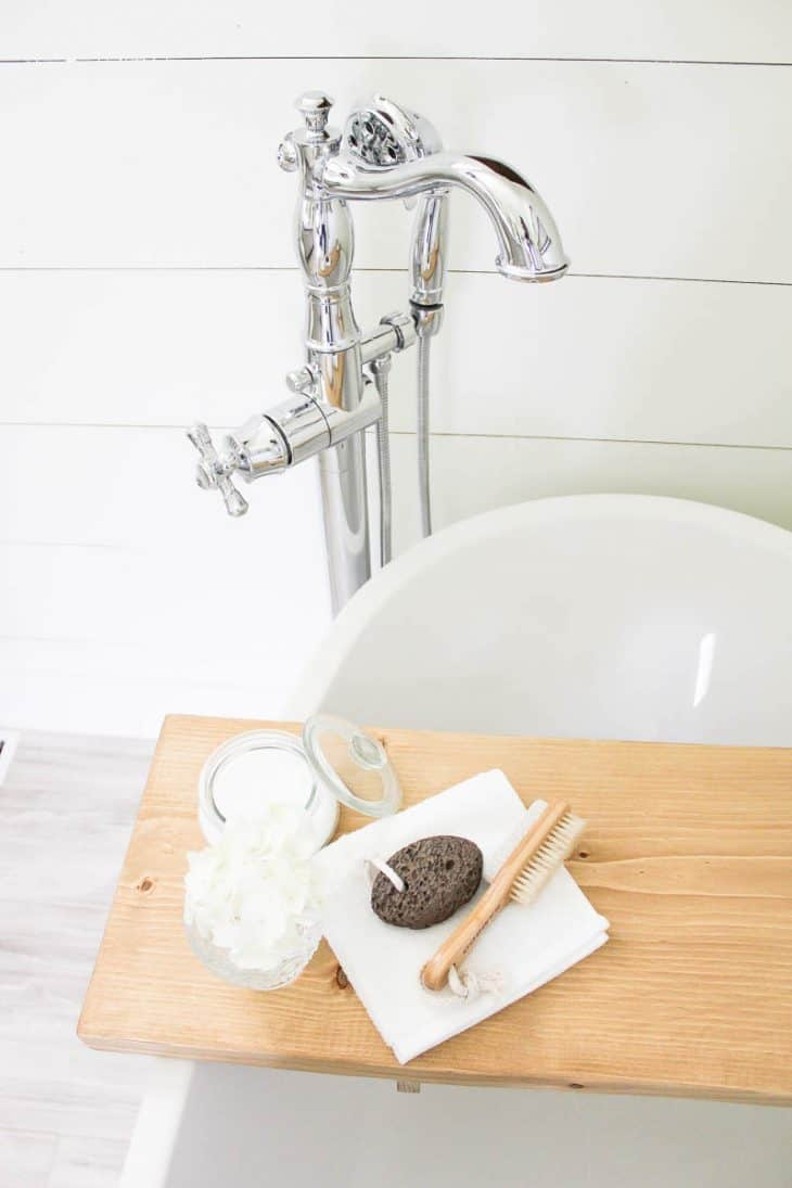Farmhouse Style Bathroom | www.makingitinthemountains.com