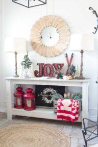 famhouse-christmas-entry-table-decor