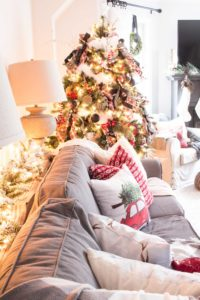 farmhouse-Christmas-tree-with-red-ornaments
