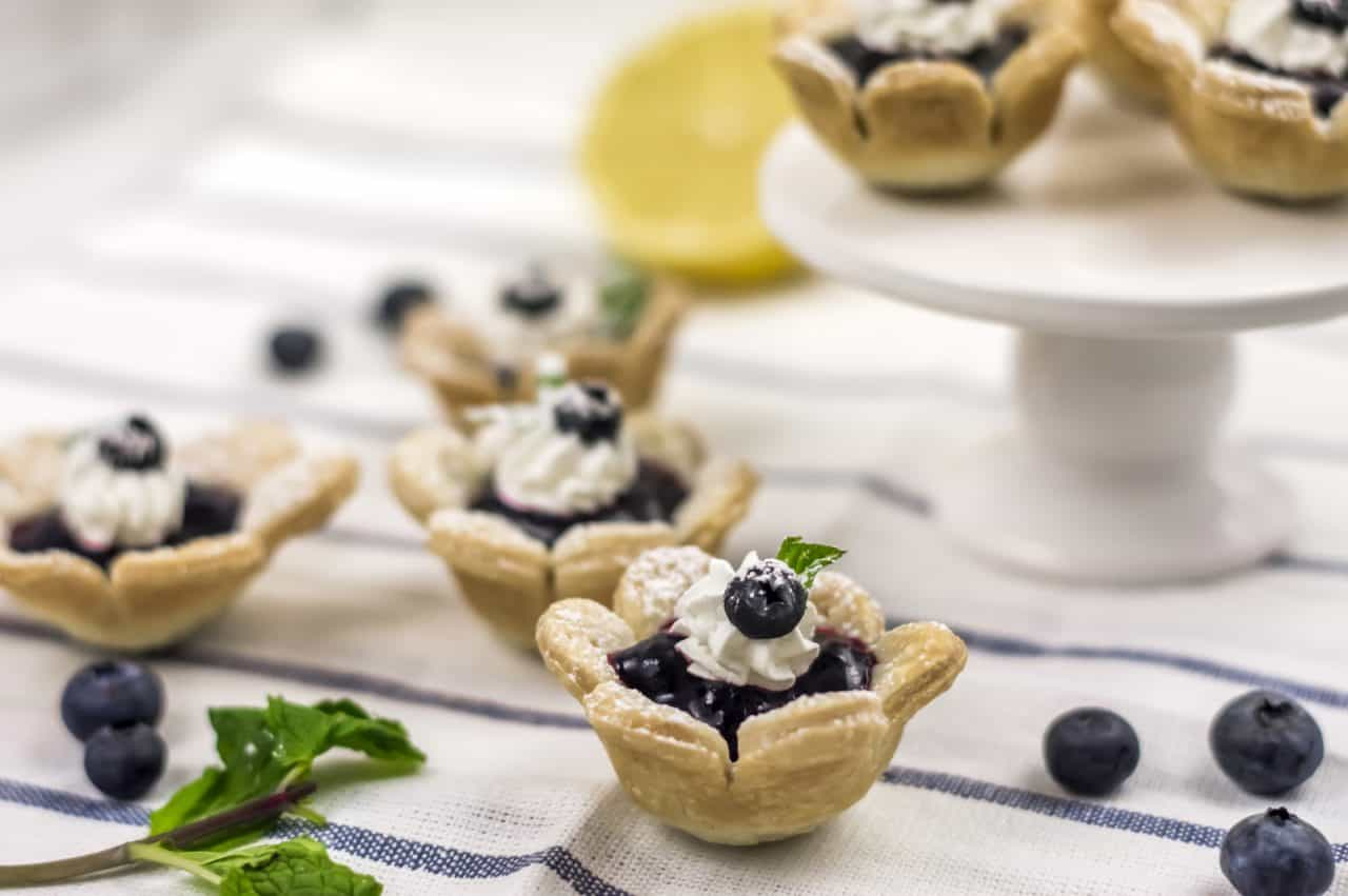 Make these cute little blueberry flower tarts with the kids or for a summer picnic!